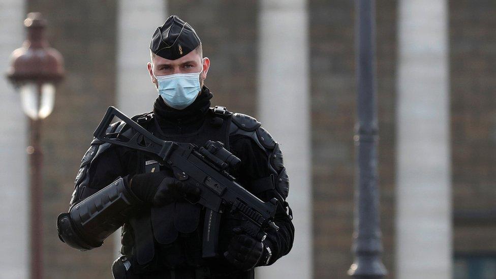Korona virus i Nova godina: Francuska mobilisala 100.000 policajaca da spreči novogodišnje zabave
