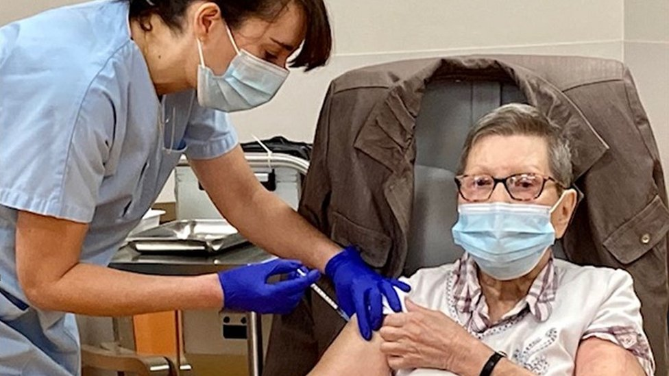 Korona virus: U Srbiji još 34 preminulih, Britanija odobrila i vakcinu Moderne