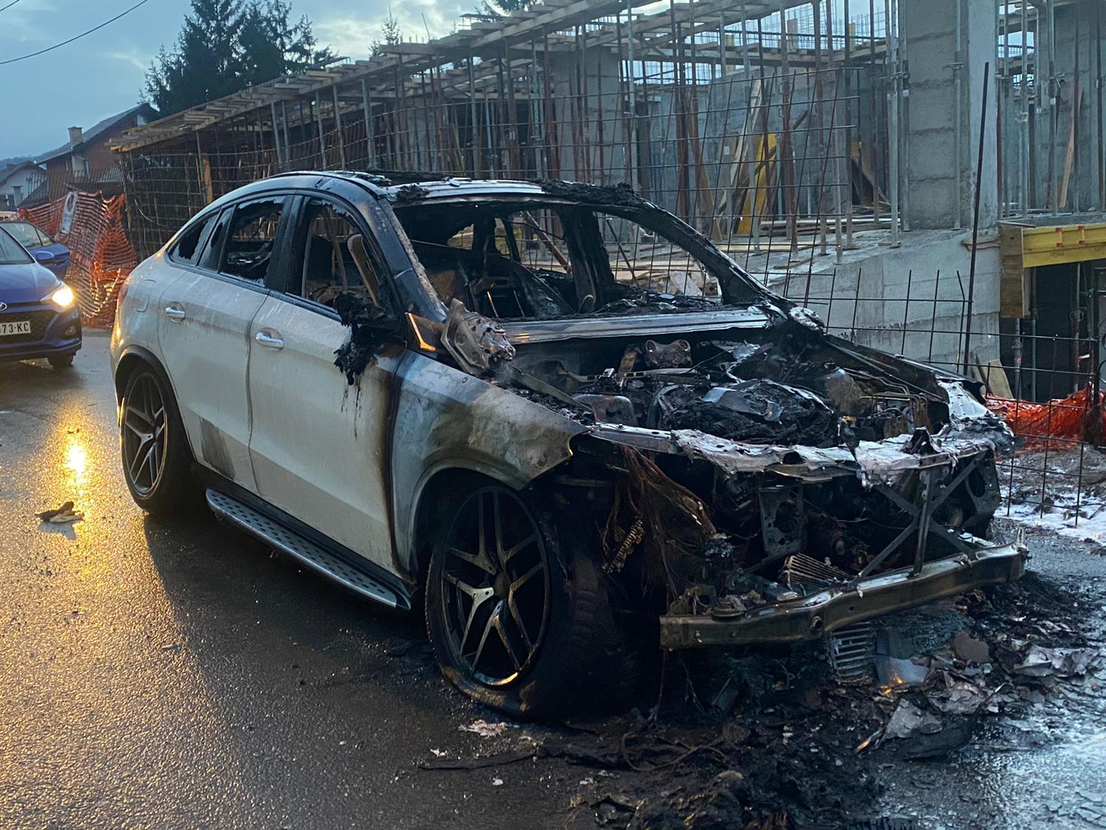 Zapaljena vozila Novopazarcu ispred kuće (video)