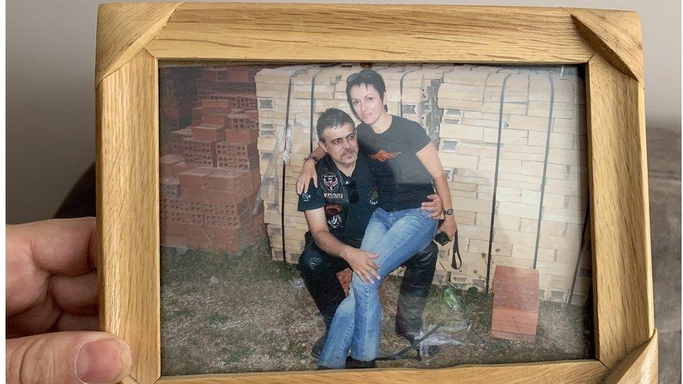 Slobodankina omiljena zajednička slika nje i muža, uprkos blokovima u pozadina, kaže kroz osmeh