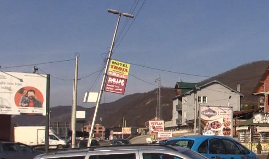 Stub ulične rasvete pretnja na magistralnom putu Novi Pazar- Raška