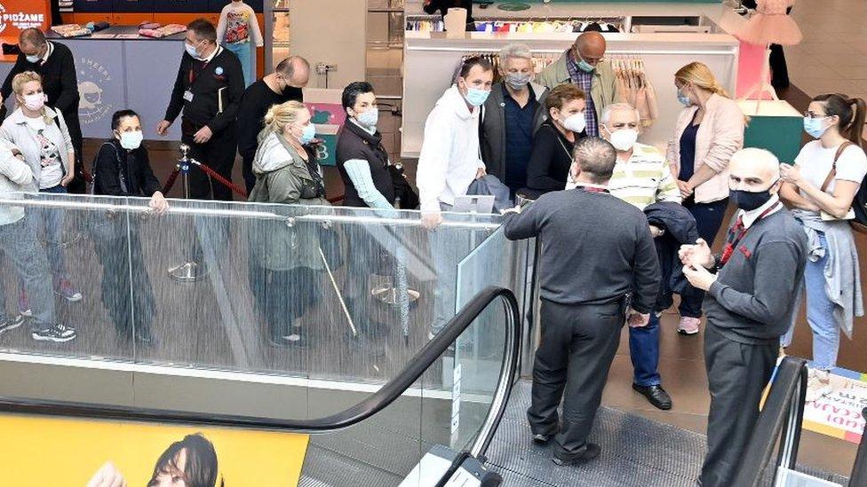 Korona virus i vakcinacija u Srbiji: Od vola na ražnju, preko uskršnjih bonusa i vaučera, do 3.000 dinara