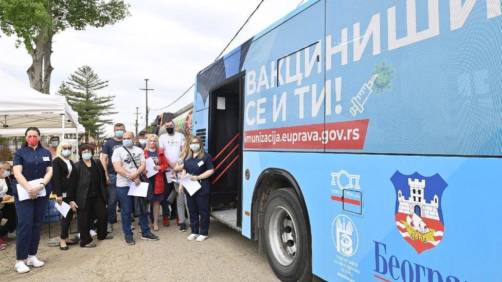 Korona virus: Broj novozaraženih u Srbiji ispod 1.000, u Rumuniji i Drakula u kampanji za vakcinaciju