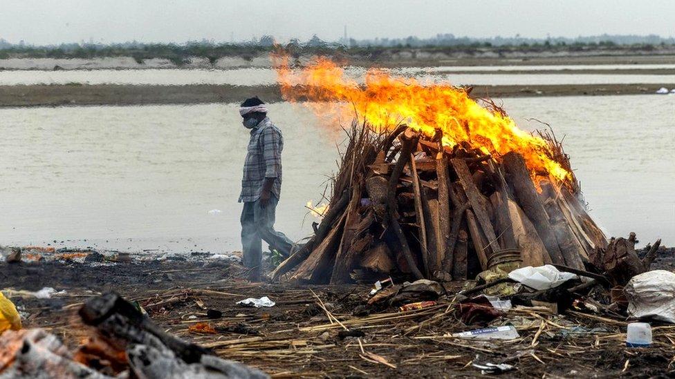 Korona virus i Indija: Reka Gang izbacila desetine tela na obalu, mediji tvrde da su to žrtve Kovida-19