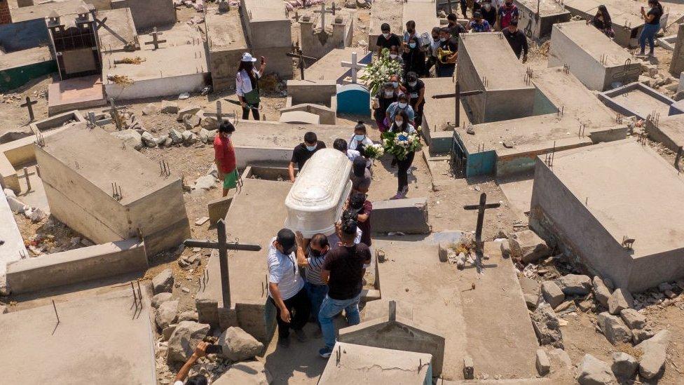 Sahranjivanje preminulih od Kovida-19, april 2021, Lima, Peru