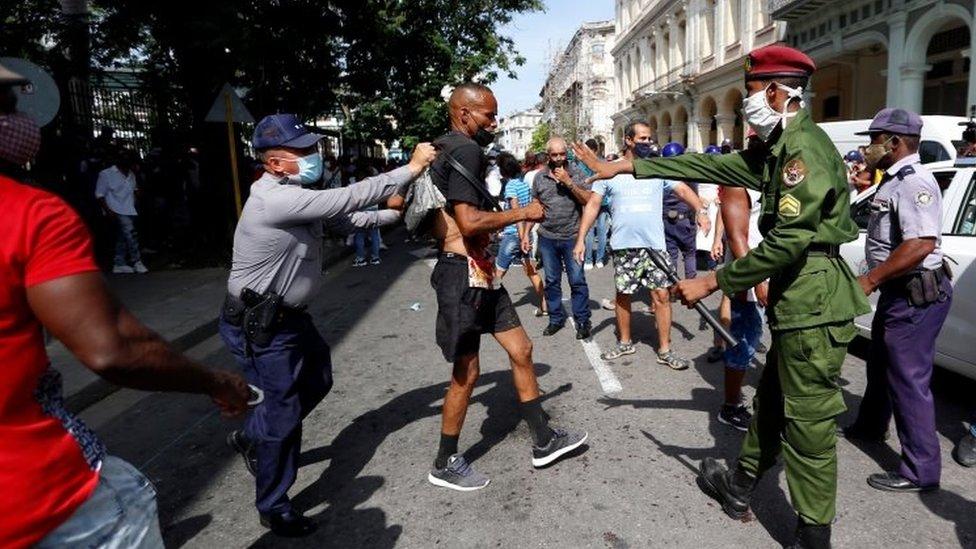 Kuba i politika: Hiljade na ulicama, traže slobodu i demokratiju, vlasti optužuju SAD da stoje iza nemira