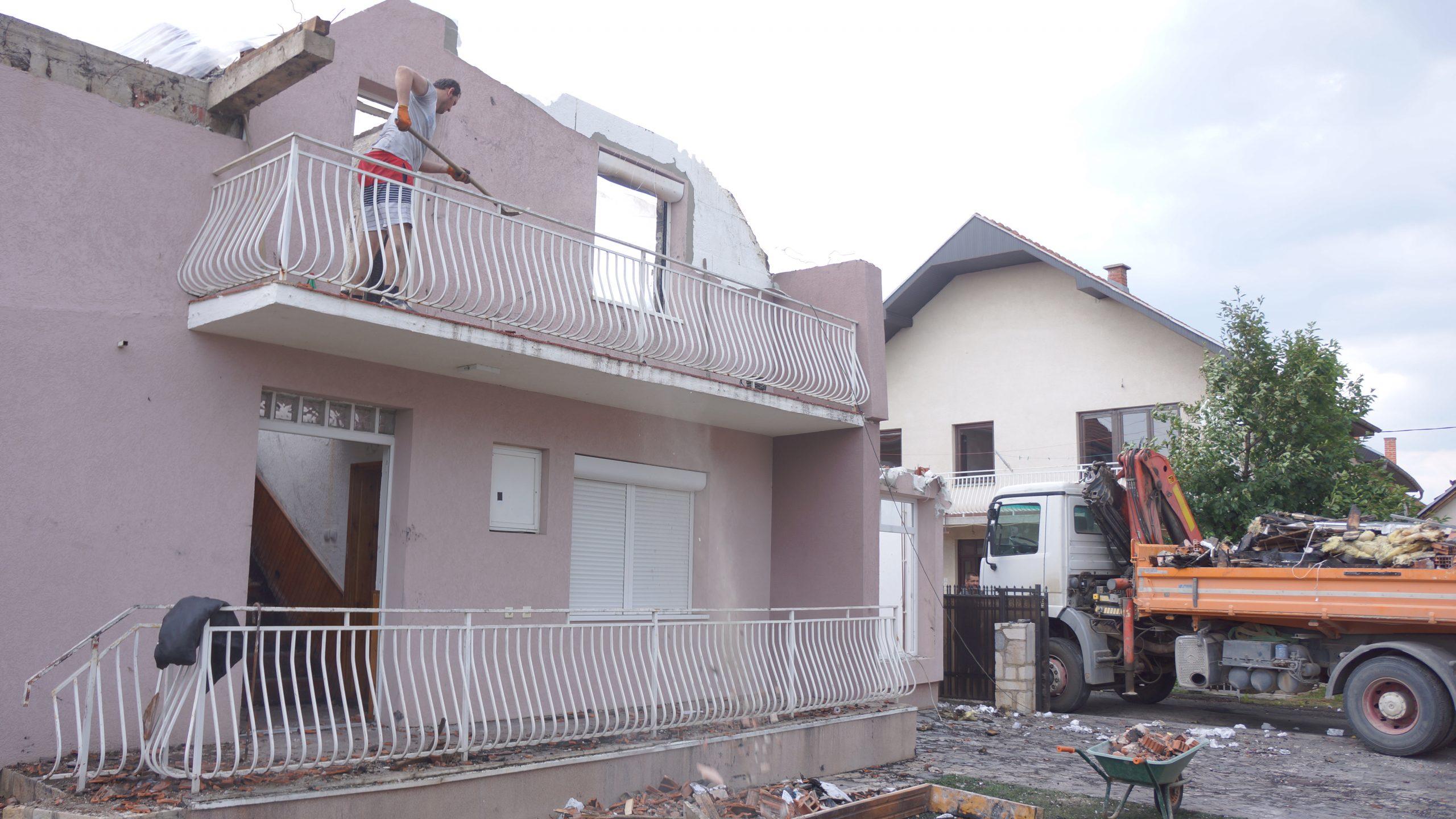Izgorela kuća u Novom Pazaru (video)