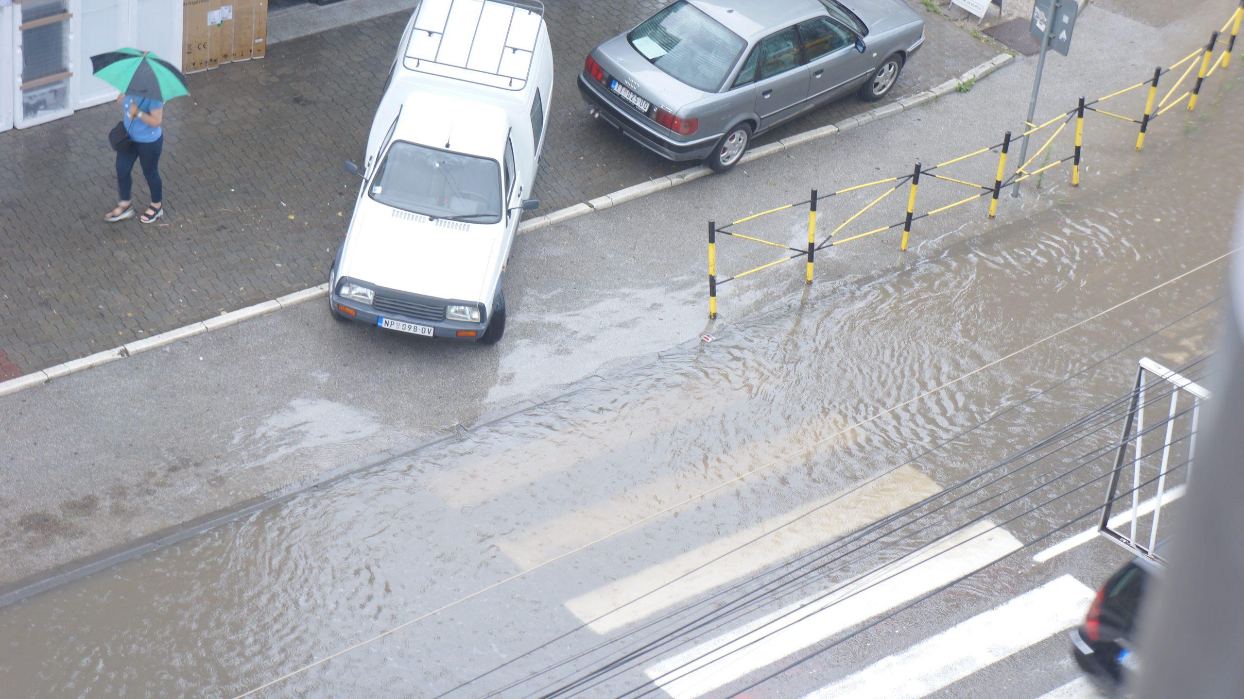 Jako nevreme pogodilo Novi Pazar, ulice pune vode (video)