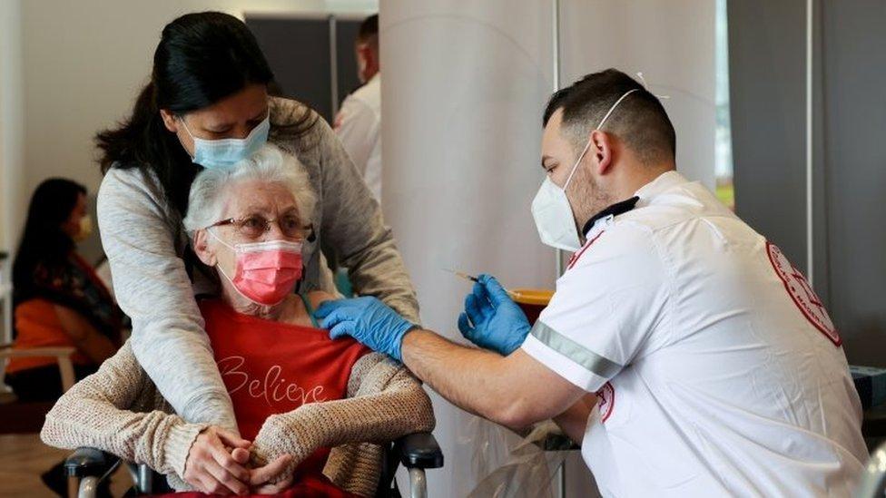 Korona virus: Više od 6.000 novozaraženih u Srbiji, u Grčkoj nevakcinisani đaci i nastavnici dva puta nedeljno na testiranju